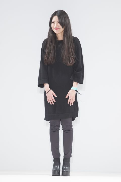 Clothing, Sleeve, Human body, Shoulder, Textile, Joint, Outerwear, Standing, Style, Knee,