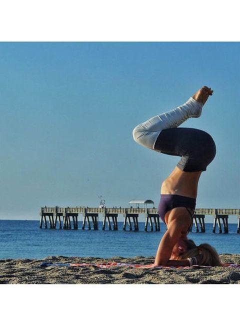Body of water, Leg, Human leg, Elbow, Coastal and oceanic landforms, Shoe, Summer, Ocean, Knee, People in nature,