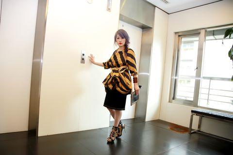 Clothing, Sleeve, Shoulder, Floor, Joint, Standing, Flooring, Interior design, Style, Knee,