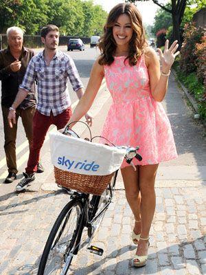 Bicycle tire, Bicycle wheel rim, Wheel, Bicycle wheel, Bicycle part, Bicycle accessory, Bicycle, Bicycle basket, Shirt, Bicycle frame,
