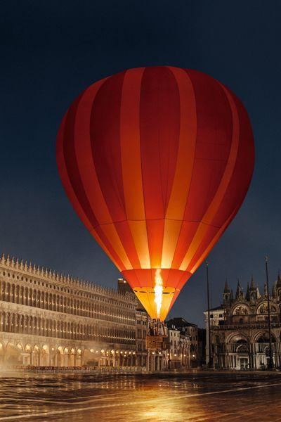 Aerostat, Hot air ballooning, Hot air balloon, City, Balloon, Amber, Landmark, Orange, Sunlight, Colorfulness,