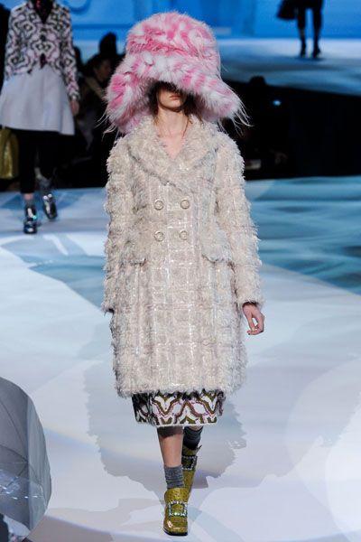 Fashion show, Shoulder, Textile, Winter, Outerwear, Runway, Fashion model, Style, Street fashion, Pattern,
