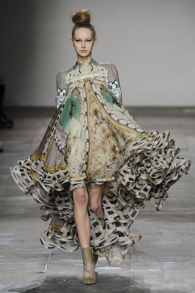 Fashion show, Dress, Runway, Style, Fashion model, Costume design, Fashion, Model, One-piece garment, Haute couture,
