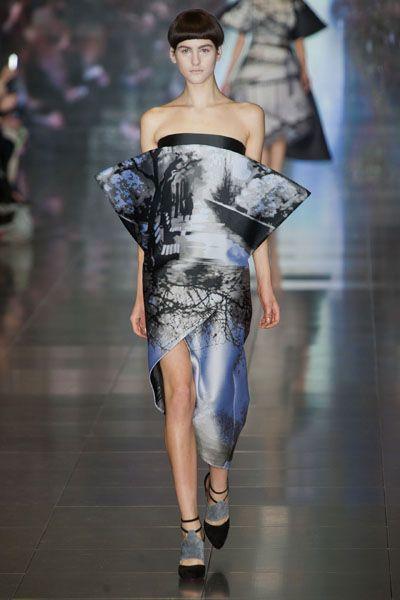 Shoulder, Joint, Style, Waist, Fashion model, Fashion show, Runway, Fashion, Model, Haute couture,