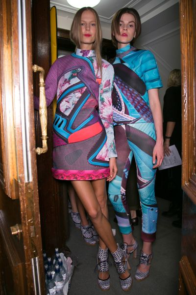 Human leg, Pink, Fashion, Magenta, Thigh, Street fashion, Teal, One-piece garment, Long hair, Calf,