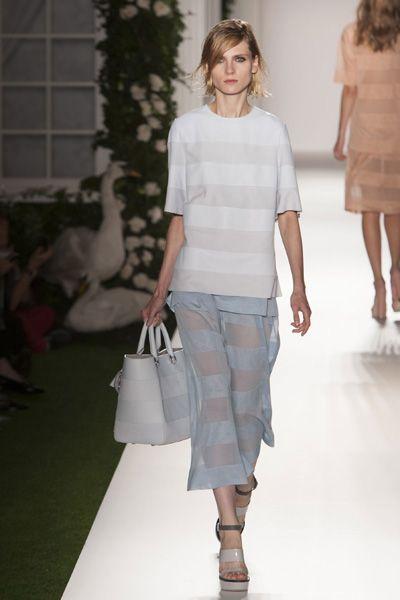 Clothing, Leg, Brown, Human body, Shoulder, Human leg, Textile, Joint, White, Waist,