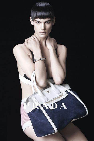Shoulder, Bag, Bangs, Style, Waist, Eyelash, Beauty, Fashion model, Fashion, Shoulder bag,