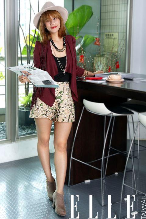 Leg, Hat, Sleeve, Human leg, Interior design, Fashion accessory, Sun hat, High heels, Fashion, Beauty,