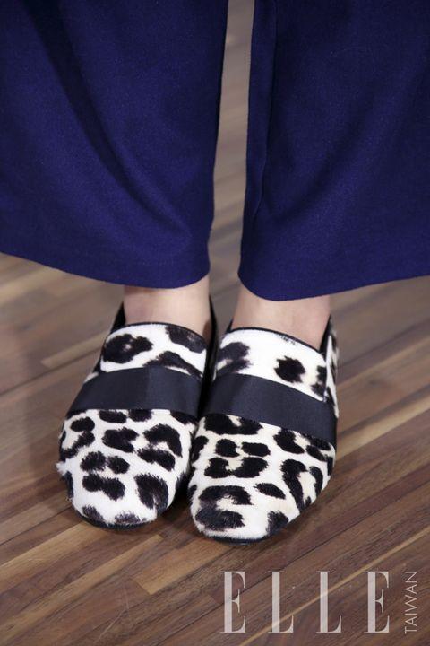 Human leg, Joint, Style, Fashion, Hardwood, Electric blue, Pattern, Wood stain, Wood flooring, Laminate flooring,
