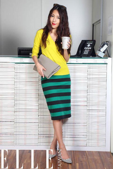 Sleeve, Shoulder, Human leg, Style, Dress, Knee, One-piece garment, Fashion, Beauty, Bag,