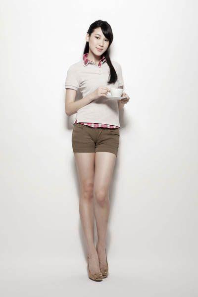 Clothing, Brown, Human body, Sleeve, Human leg, Shoulder, Joint, Standing, White, Waist,