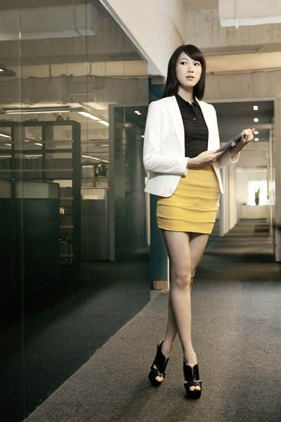 Clothing, Sleeve, Human leg, Human body, Shoulder, Joint, Waist, Style, Knee, Street fashion,