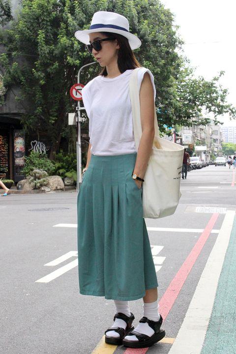 Clothing, Hat, Shoulder, Joint, Human leg, Style, Street fashion, Fashion accessory, Knee, Asphalt,