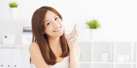 Finger, Hairstyle, Skin, Shoulder, Hand, Elbow, Joint, Wrist, Eyelash, Sitting,
