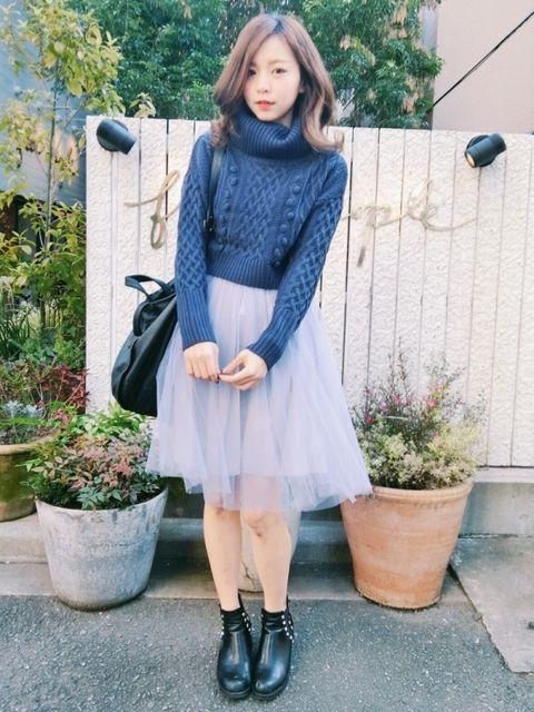 Clothing, Flowerpot, Sleeve, Shoulder, Outerwear, Collar, Street fashion, Fashion accessory, Bag, Knee,