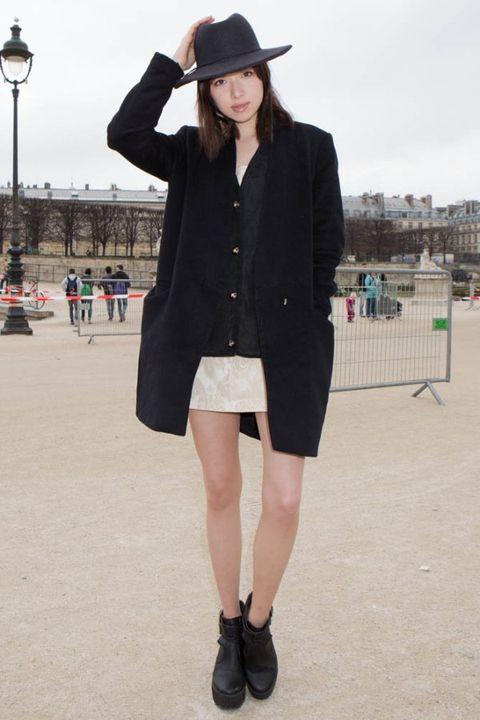 Clothing, Hat, Sleeve, Coat, Textile, Outerwear, Street light, Human leg, Style, Collar,