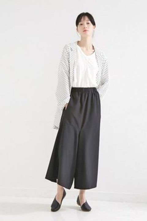Clothing, Sleeve, Shoulder, Textile, Standing, Joint, Collar, Style, Waist, Street fashion,