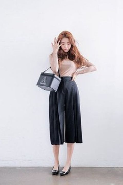 Clothing, Product, Sleeve, Shoulder, Standing, Joint, Human leg, Waist, Style, Bag,