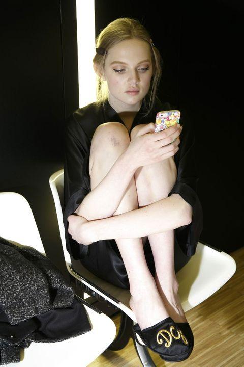 Human, Human leg, High heels, Elbow, Knee, Sandal, Sitting, Foot, Comfort, Fashion,