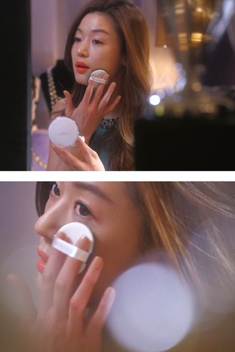 Finger, Lip, Microphone, Hairstyle, Skin, Eyebrow, Nail, Audio equipment, Eyelash, Beauty,