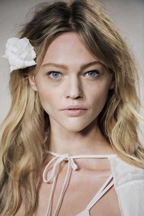 Lip, Hairstyle, Eye, Forehead, Eyebrow, Eyelash, Style, Beauty, Petal, Headpiece,