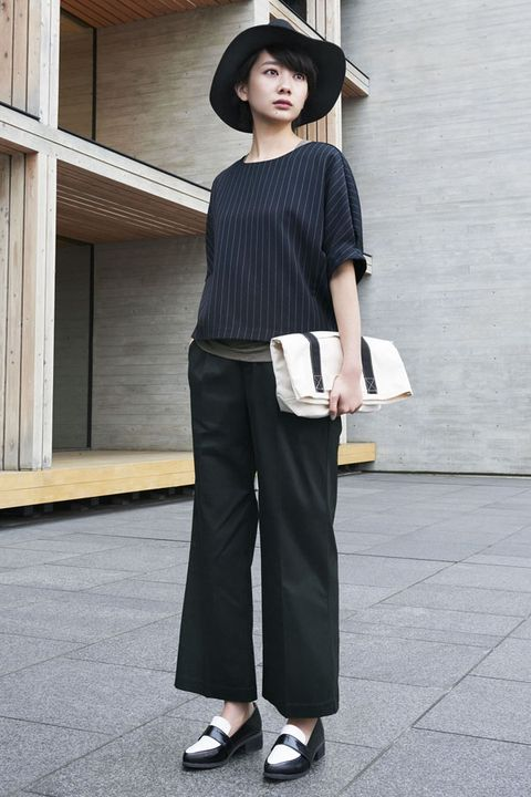 Clothing, Sleeve, Hat, Shoulder, Joint, Standing, Style, Bag, Street fashion, Waist,