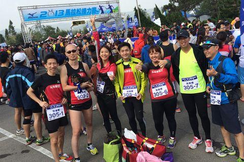 Footwear, Crowd, Community, Athletic shoe, Flag, Shorts, Team, Pedestrian, Public event, Endurance sports,