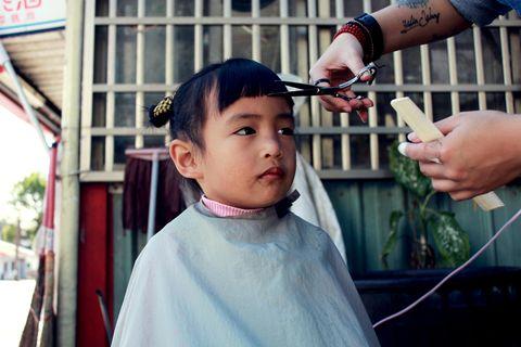 Finger, Eyelash, Wrist, Temple, Nail, Thumb, Hairdresser, Ritual, Bracelet, Personal grooming,