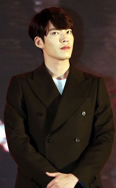 Lip, Cheek, Dress shirt, Hairstyle, Collar, Sleeve, Chin, Forehead, Standing, Coat,