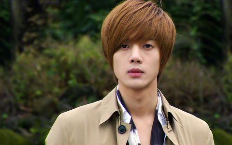 Lip, Hairstyle, Collar, Forehead, Dress shirt, Bangs, Style, Jaw, Blazer, Hair coloring,