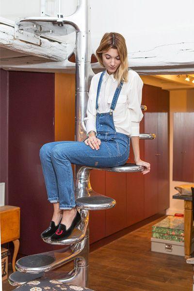 Leg, Denim, Jeans, Human leg, Shoe, Knee, T-shirt, Sitting, Thigh, Electric blue,