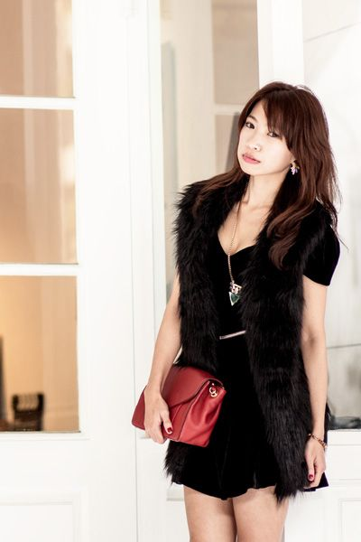 Sleeve, Shoulder, Textile, Joint, Style, Bag, Black hair, Street fashion, Beauty, Fashion,
