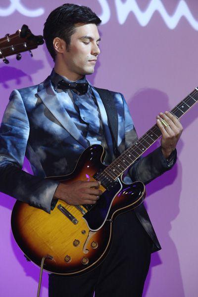Musical instrument, Musician, String instrument, String instrument, Guitarist, Music, Plucked string instruments, Music artist, Guitar, Purple,