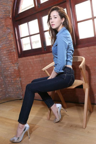 Leg, Human leg, Shoulder, Joint, Denim, Sitting, Flooring, Knee, Floor, Waist,