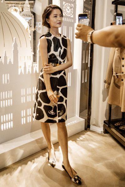 Sleeve, Shoulder, Dress, Human leg, Joint, Standing, Style, One-piece garment, Waist, Formal wear,