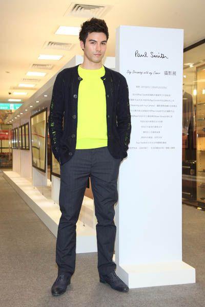 Jacket, Sleeve, Shoe, Standing, Outerwear, Collar, Street fashion, Pocket, Fashion design, Top,
