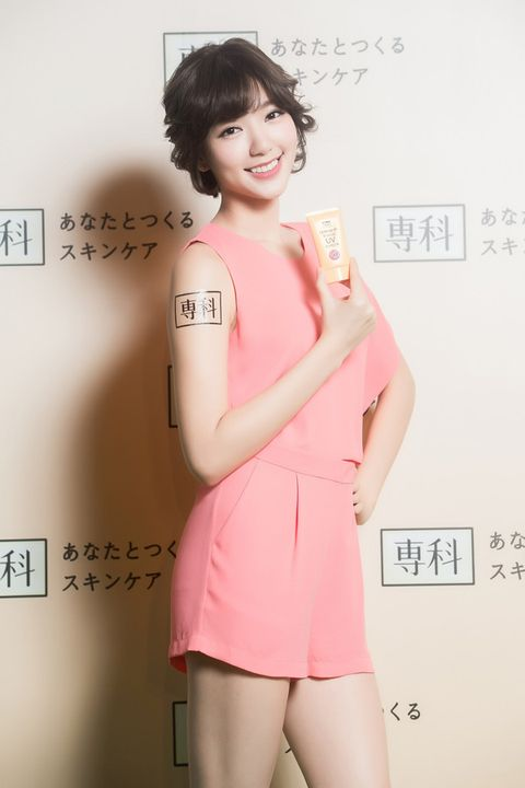 Hairstyle, Skin, Sleeve, Shoulder, Dress, Joint, Facial expression, Pink, Style, Waist,