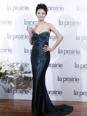 Dress, Hairstyle, Shoulder, Flooring, Floor, Waist, Formal wear, Style, One-piece garment, Gown,
