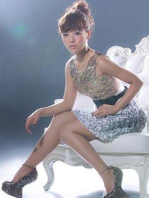 Clothing, Nose, Leg, Finger, Hairstyle, Human leg, Shoulder, Sitting, Joint, Thigh,