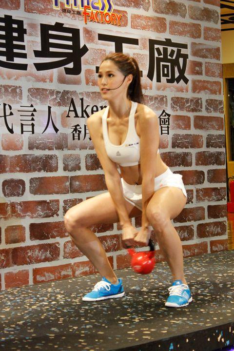 Human leg, Shoe, Sleeveless shirt, Knee, Thigh, Active tank, Calf, Sneakers, Muscle, Active shorts,