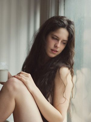 Hair, Hairstyle, Skin, Shoulder, Human leg, Photograph, Joint, Black hair, Long hair, Sitting,