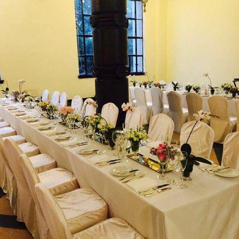 Tablecloth, Window, Textile, Linens, Furniture, Function hall, Stemware, Centrepiece, Glass, Decoration,