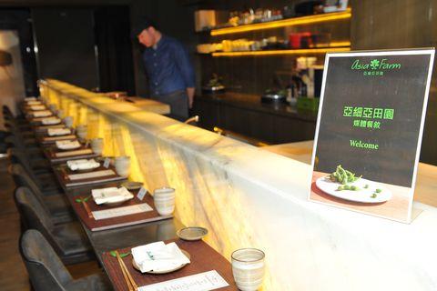 Shelf, Customer, Restaurant, Serveware, Delicacy, À la carte food, Barware, Meal, Garnish, Culinary art,