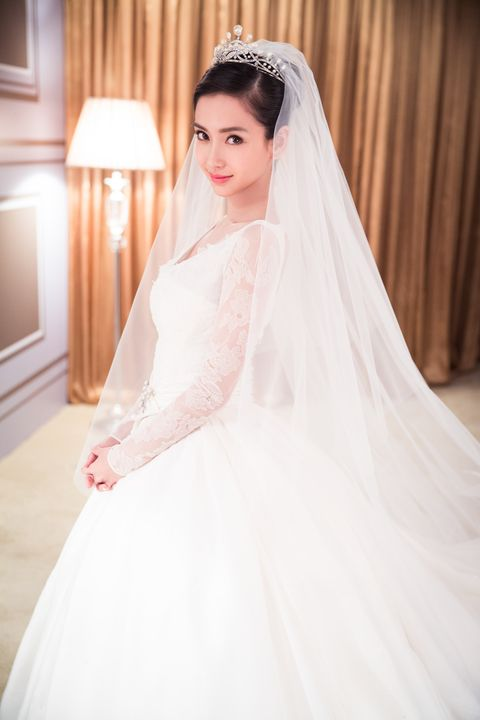 Clothing, Bridal veil, Veil, Bridal clothing, Sleeve, Dress, Shoulder, Textile, Photograph, Wedding dress,