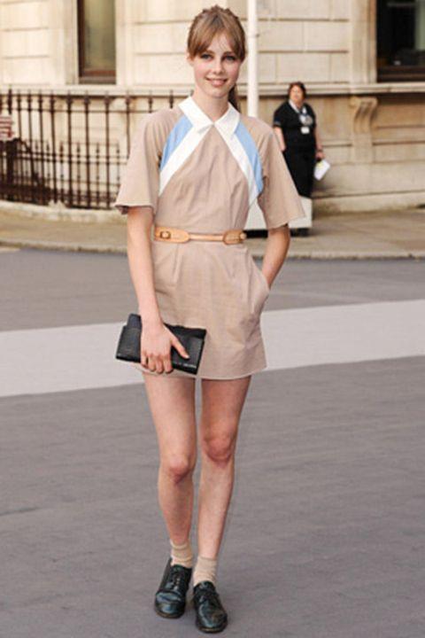 Sleeve, Collar, Human leg, Shoe, Style, Street fashion, Knee, Fashion, Bag, Uniform,
