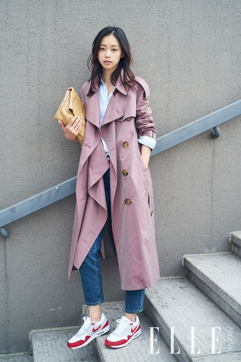 Clothing, Sleeve, Coat, Collar, Outerwear, Street fashion, Overcoat, Trench coat, Button, Stairs,