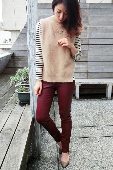 Clothing, Leg, Brown, Human body, Shoulder, Flowerpot, Textile, Human leg, Joint, Outerwear,