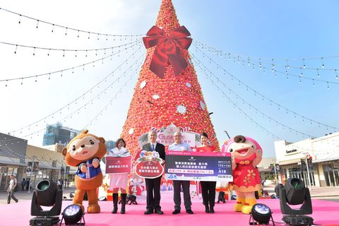 Red, Landmark, Sky, Tree, Architecture, Fun, Tourism, Plant, Christmas, Tourist attraction,
