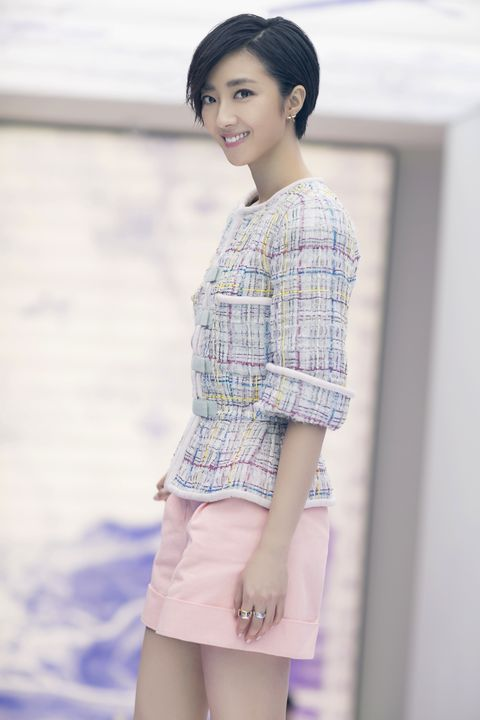 Skin, Sleeve, Human body, Shoulder, Textile, Joint, Style, Street fashion, Waist, Fashion,