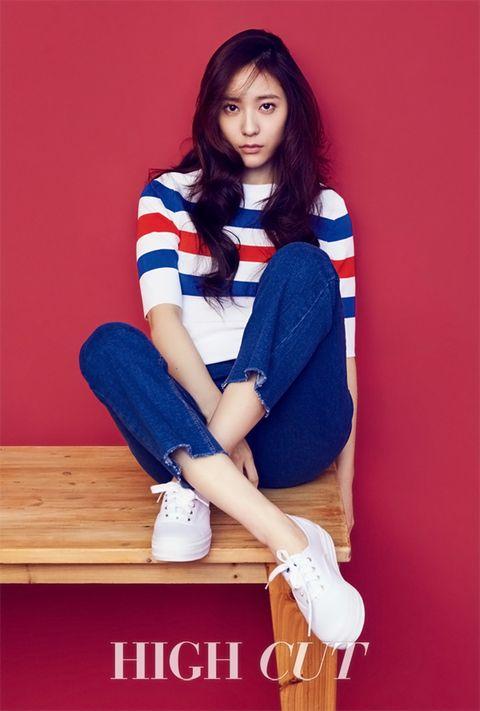 Denim, Human leg, Shoe, Textile, Jeans, Knee, Electric blue, Fashion, Thigh, Boot,